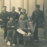 Victor Petitbon (debout au 2e rang, 2e en partant de gauche, avec la chaine de montre à gousset) et un groupe de soldats blessés, à l'hôpital provisoire de Biarritz installé au Casino Municipal, 30 mai 1915