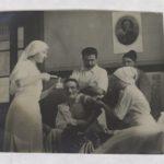 02- Photo représentant les soins d'un blessé
