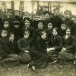 Skolotājs Jānis Fārts kopā ar Martas Stalažas privātās proģimnāzijas skolniekiem Rūjienā pirms došanās Pirmajā pasaules karā 1914.gadā