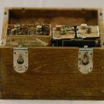Baterija v leseni škatli