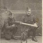 Hubert Cleuren met medsoldaat aan een Lewis mitrailleur.