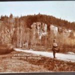 Foto von einem Soldaten vor einem Felsenhügel bei Chatillon von Konrad Mergner