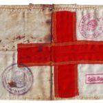 banderola de Crucea Rosie a unui cercetas sanitar de la Spitalul