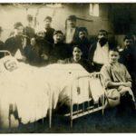 Blessés regroupés autour d'un lit à l'Hôtel Dieu de Lyon